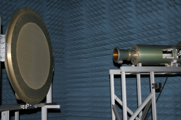 Abbildung 12: Frequenzselektiver Spiegel M7 mit dem Ka-RX Feed (Foto Mirad Microwave AG)